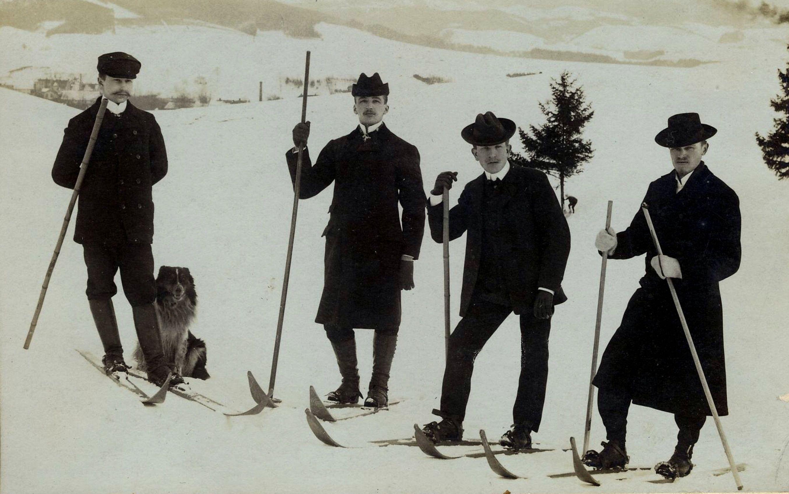 První lyžníci v Hronově v roce 1903: počtovní úředník Šára, továrník Posselt a učitelé Švorčík s Matějkou