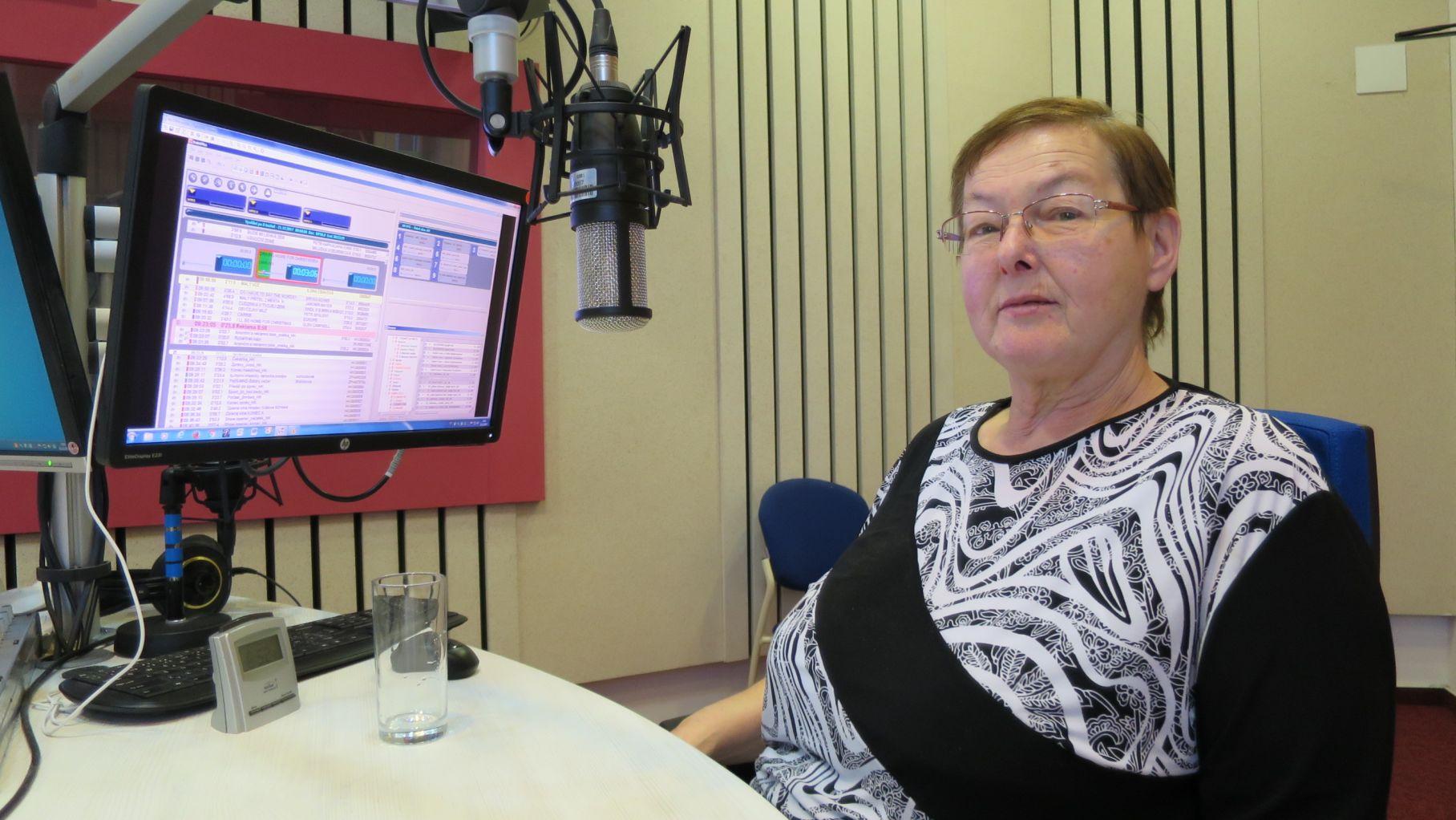 Farářka Alena Naimanová ve studiu Českého rozhlasu Hradec Králové