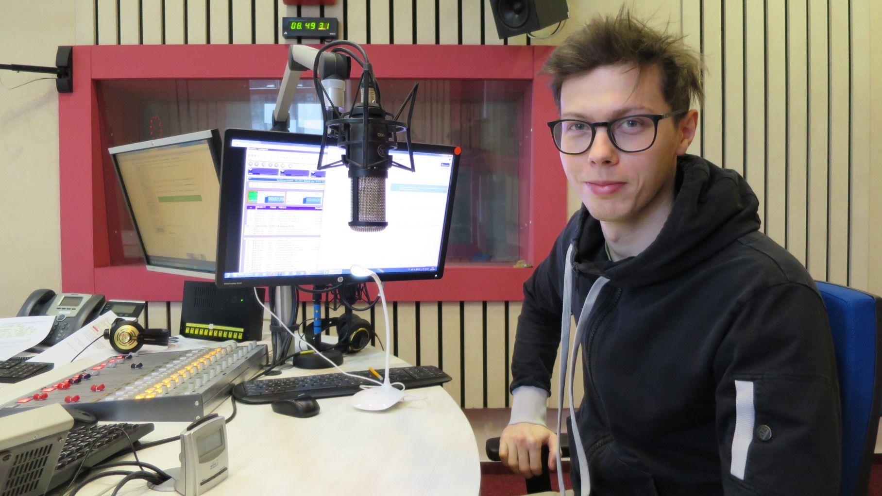 Tomáš Tuček ve studiu Českého rozhlasu Hradec Králové