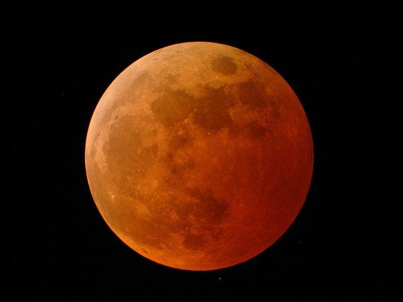 Během zatmění je Měsíc zbarven do temně červené barvy