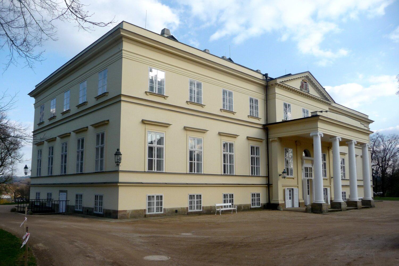 Nový zámek v Kostelci nad Orlicí restituovala rodina Kinských v roce 1992