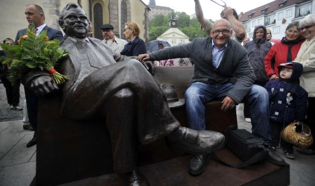 V Náchodě odhalili lavičku Josefa Škvoreckého. Poctu místnímu rodákovi vytvořil sochař Josef Faltus (na snímku)