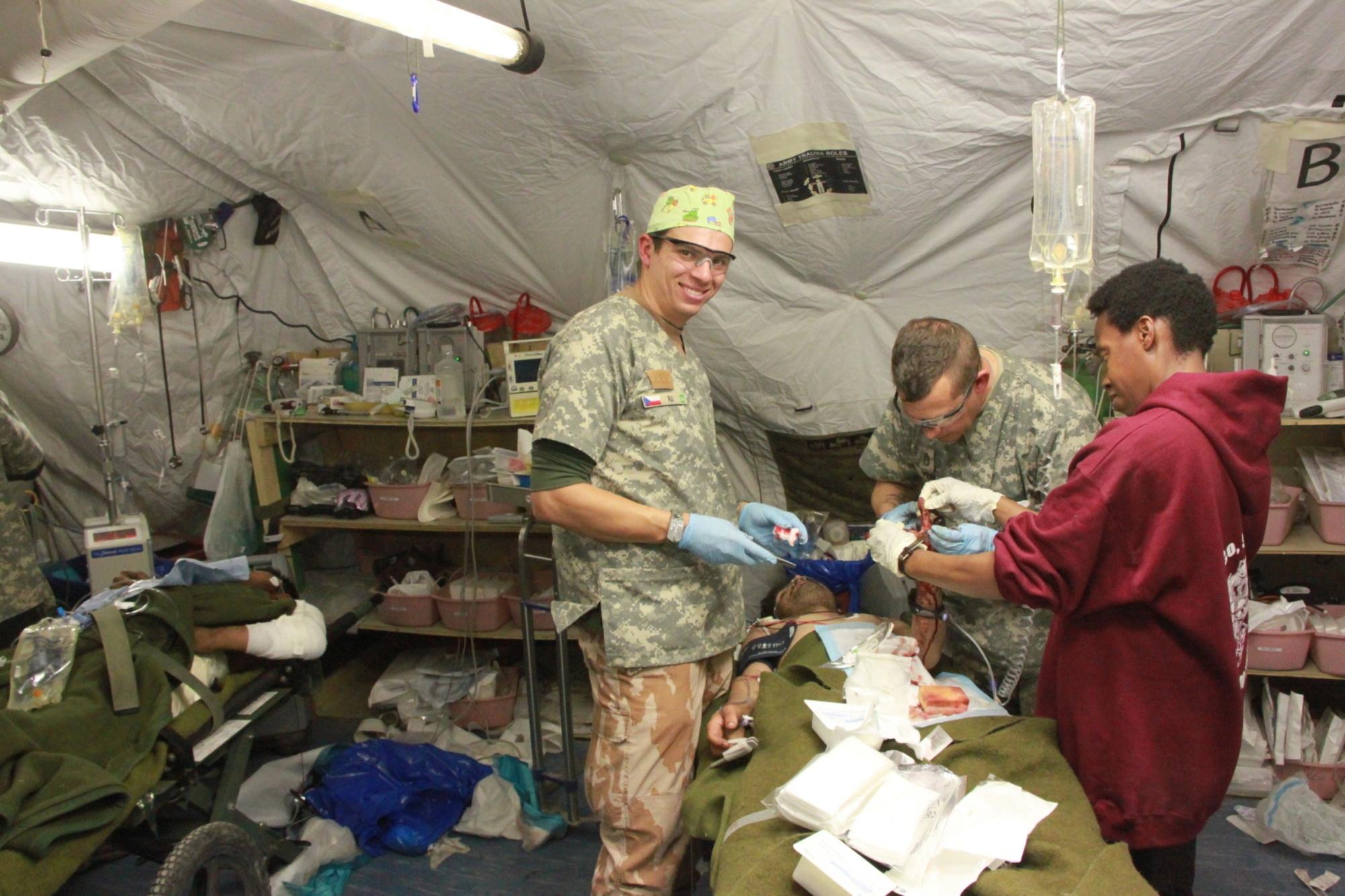 Radek Uher (uprostřed) při práci v polní nemocnici v Afghánistánu