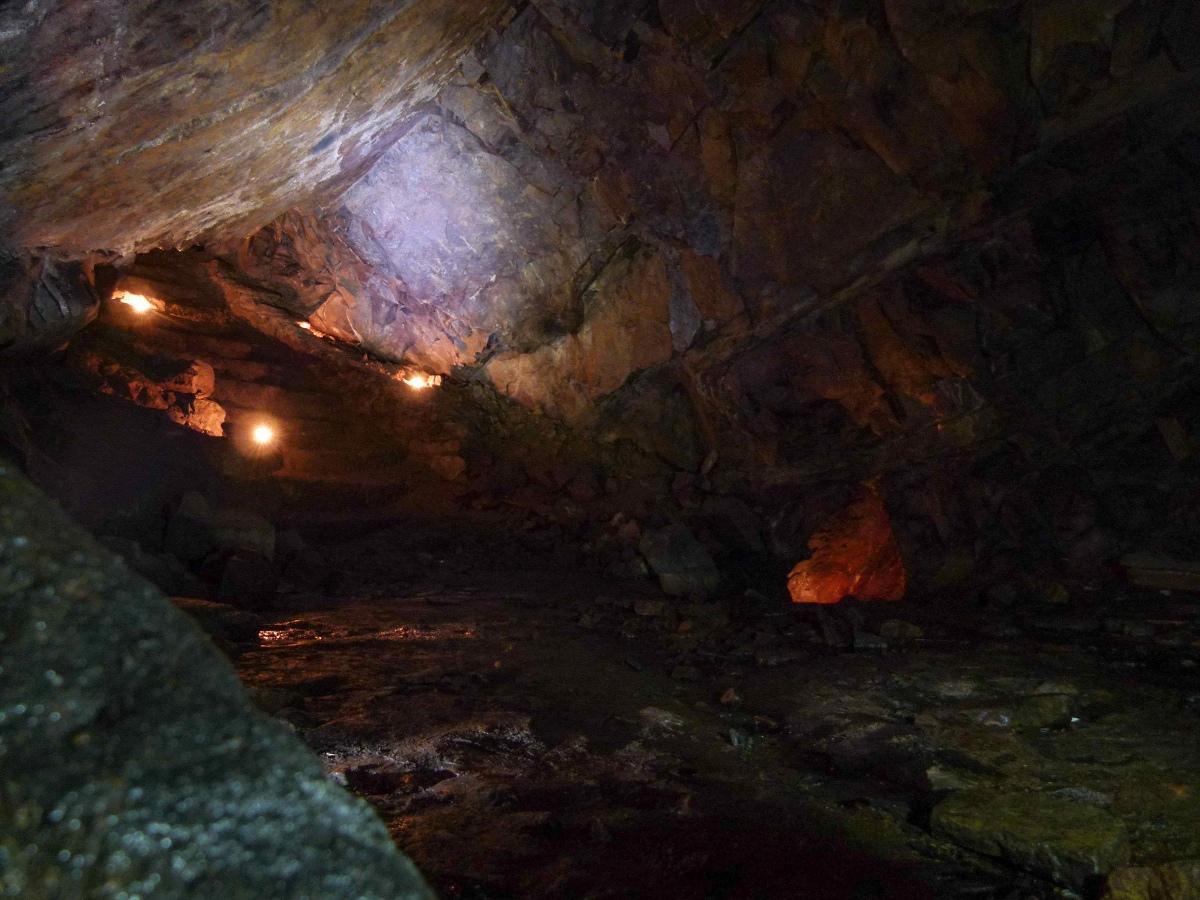 Osvětlená jeskyně