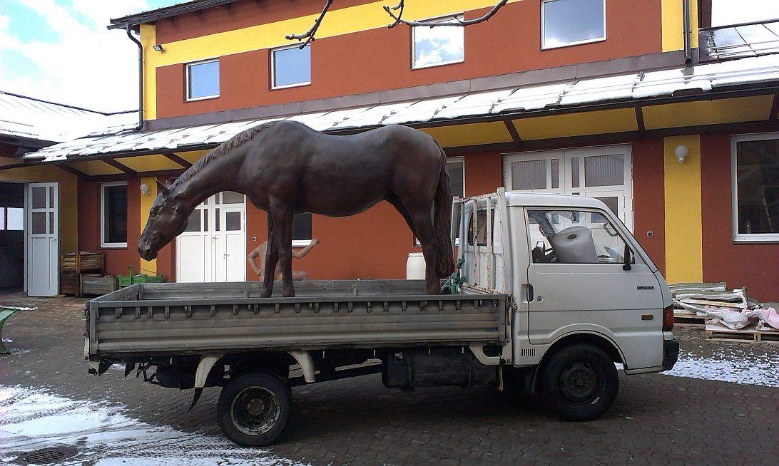 Socha koně z podkrkonošské vesnice se stane symbolem slovenského hypodromu