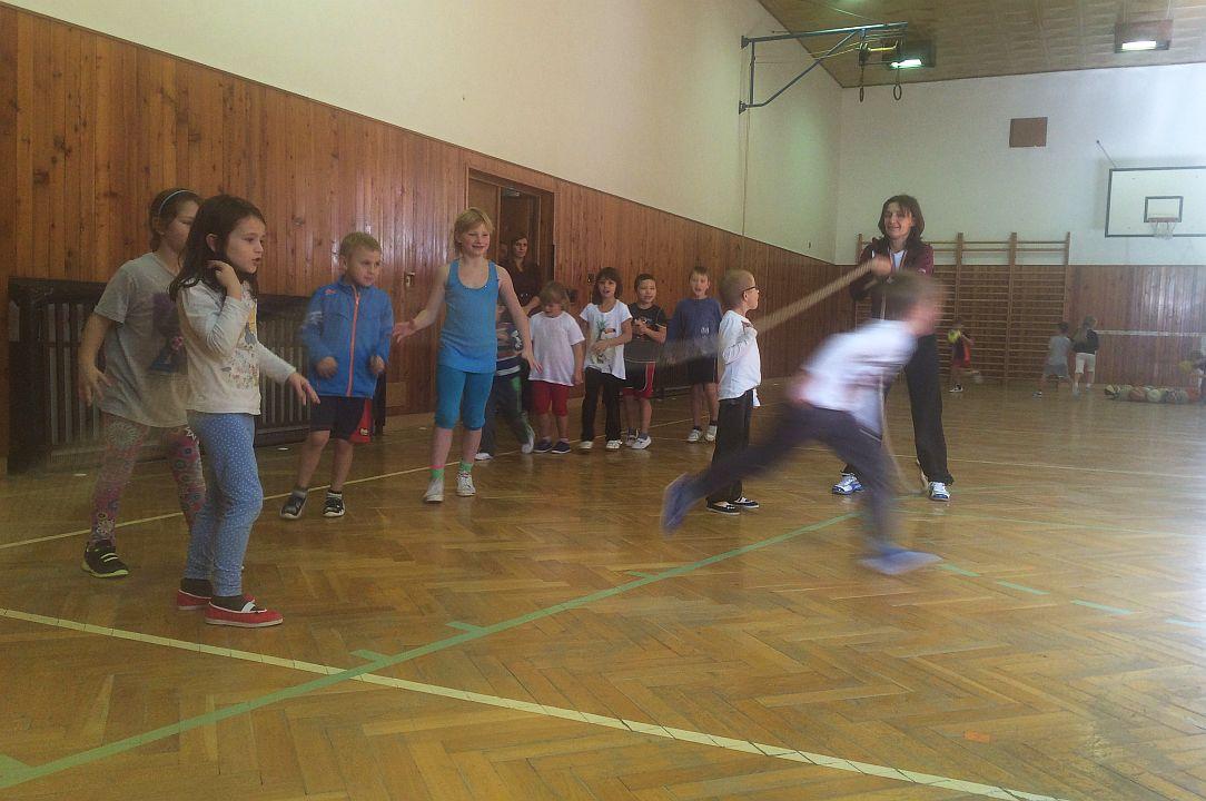 České děti stále méně sportují. Škola v Deštném v Orlických horách to chce napravit
