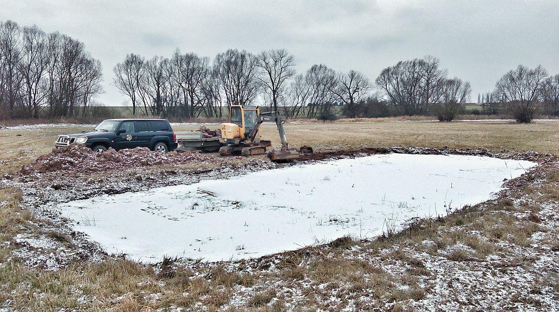 Bagr pomáhá obnovovat tůně v Ptačím parku Josefovské louky