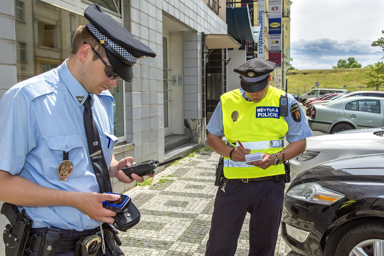 Strážníci odtahují špatně zaparkovaná auta