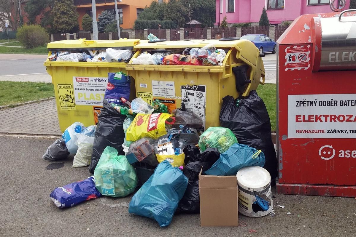 Hromada odpadků u kontejneru