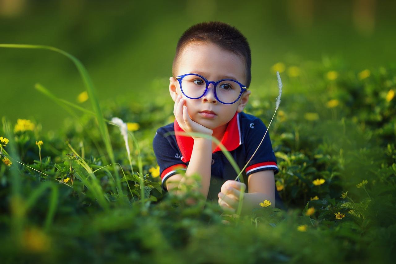 Kluk v brýlích
