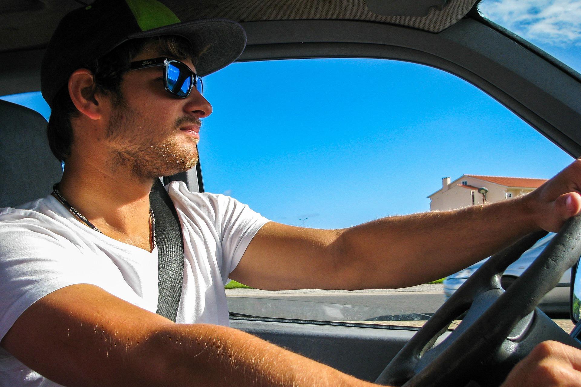 Řidič, auto, muž za volantem