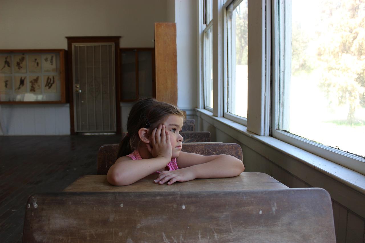 Dítě ve školní třídě (ilustrační foto)