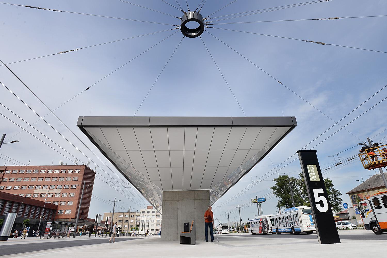 Cestujícím slouží na novém dopravním terminálu 9 nástupišť. Vybavená jsou digitálními tabulemi s časy odjezdů a příjezdů
