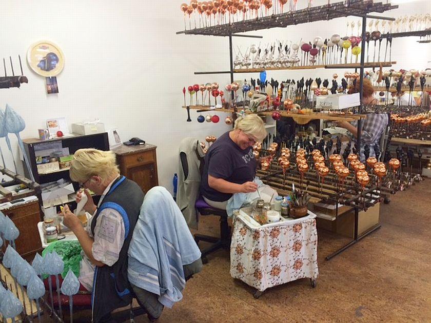 Foukárny, stříbřírny i malírny jedou naplno. Výroba vánočních ozdob v těchto dnech vrcholí
