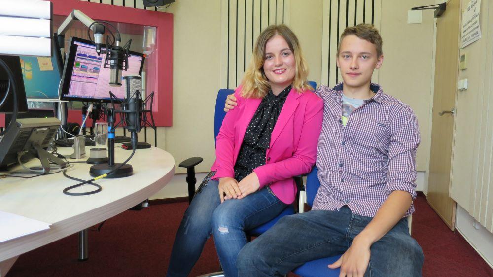 Aneta Svatoňová a Tadeáš Němec ve studiu Českého rozhlasu Hradec Králové