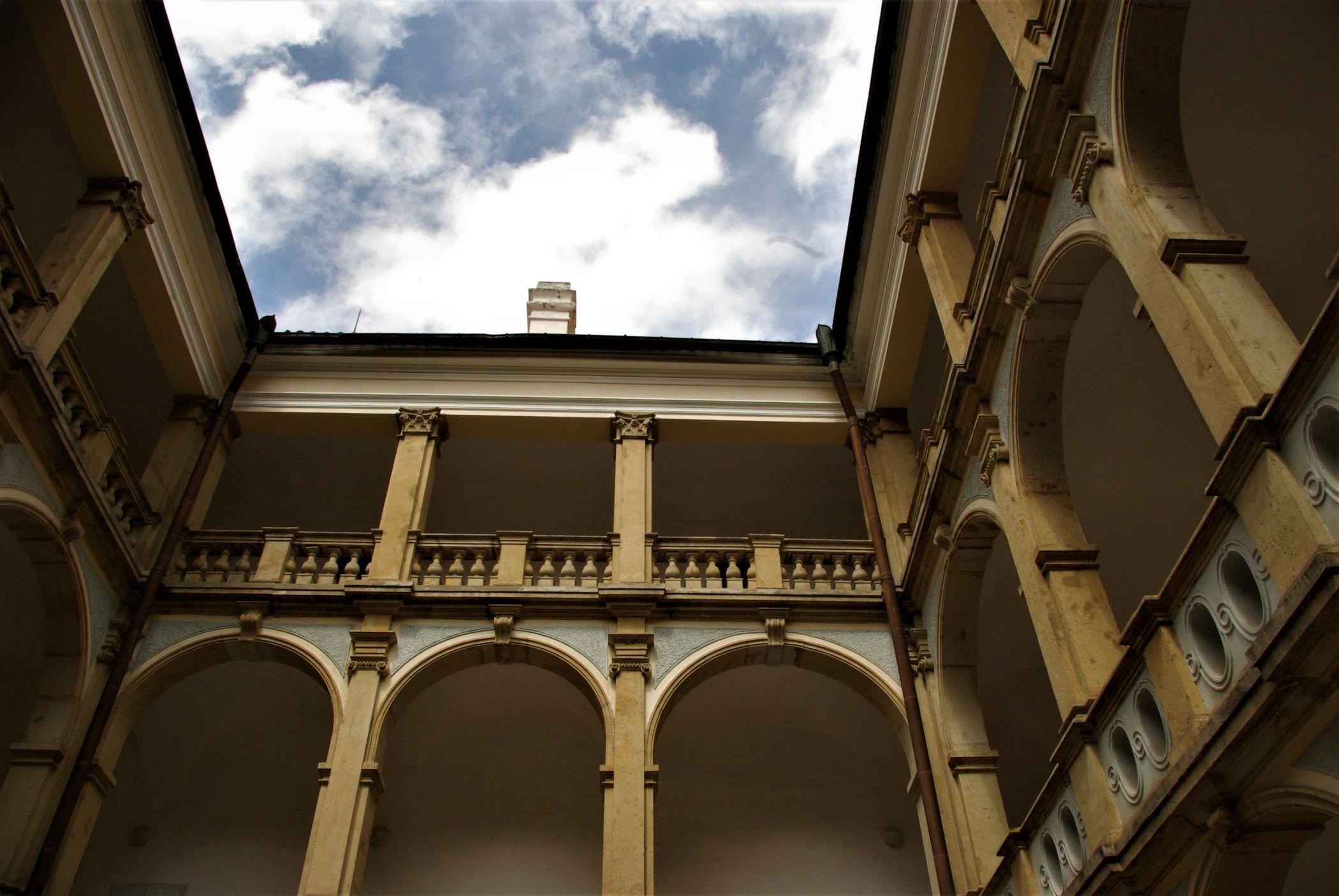 Arkádové nádvoří Valdštejnského paláce v Jičíně