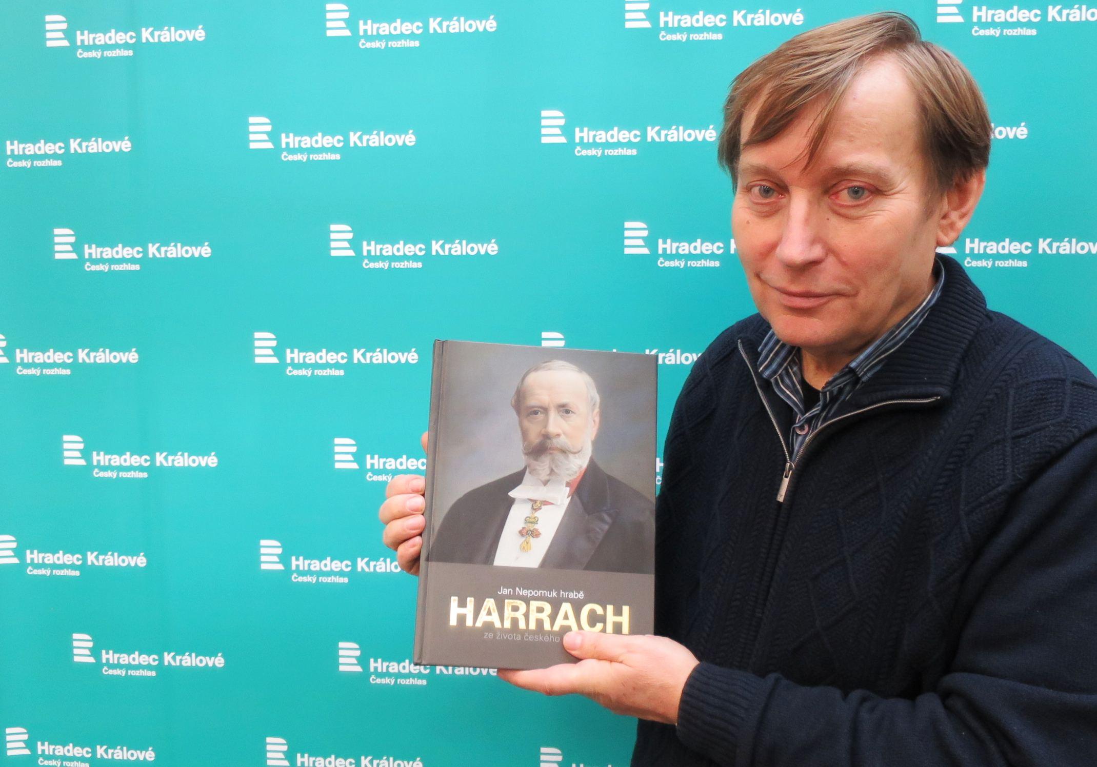 Jan Luštinec s knihou o Janu Nepomuku hraběti Harrachovi ve studiu Českého rozhlasu Hradec Králové