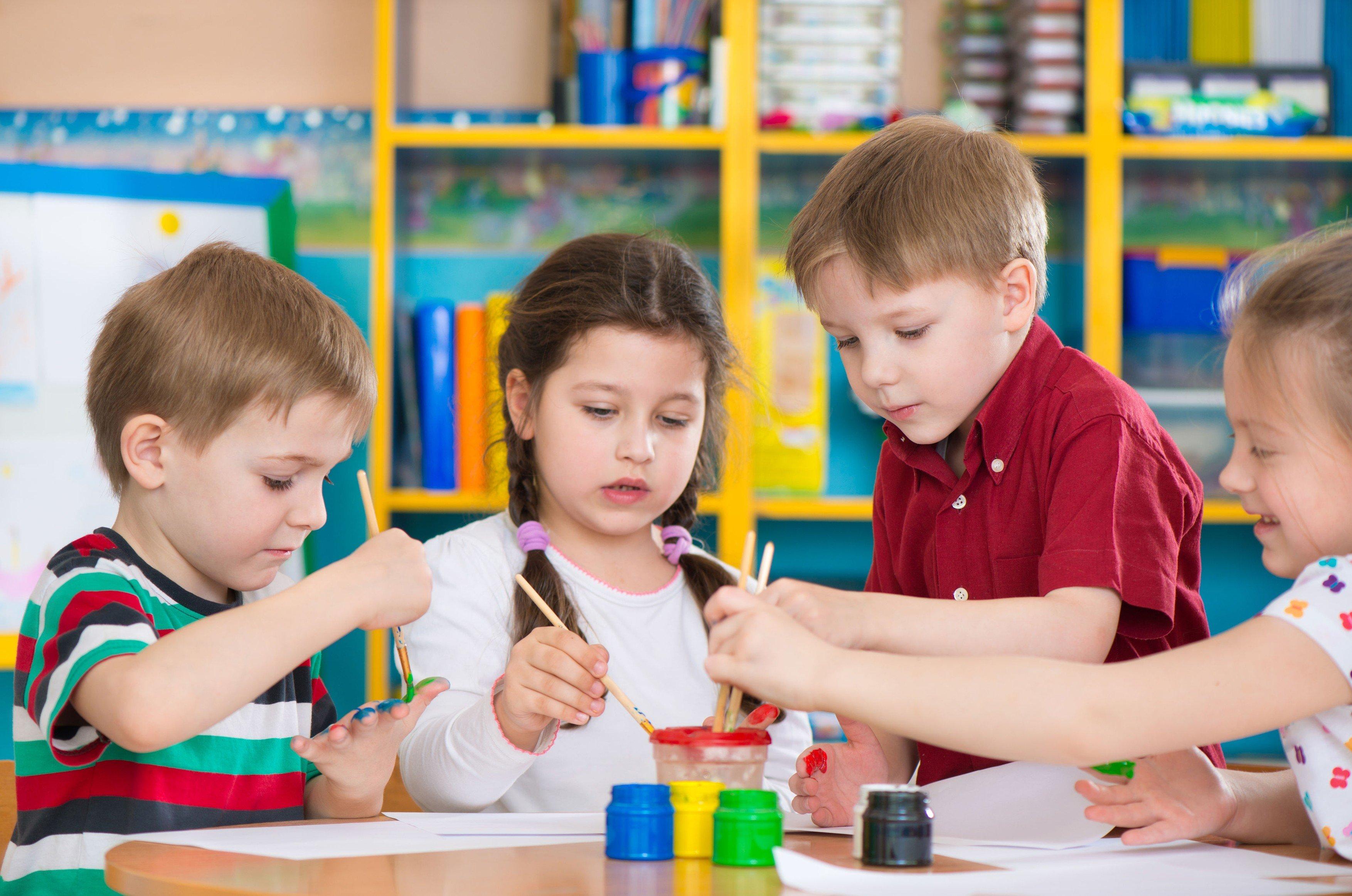 Mateřská škola, školka, děti, předškoláci, malování. Ilustrační foto