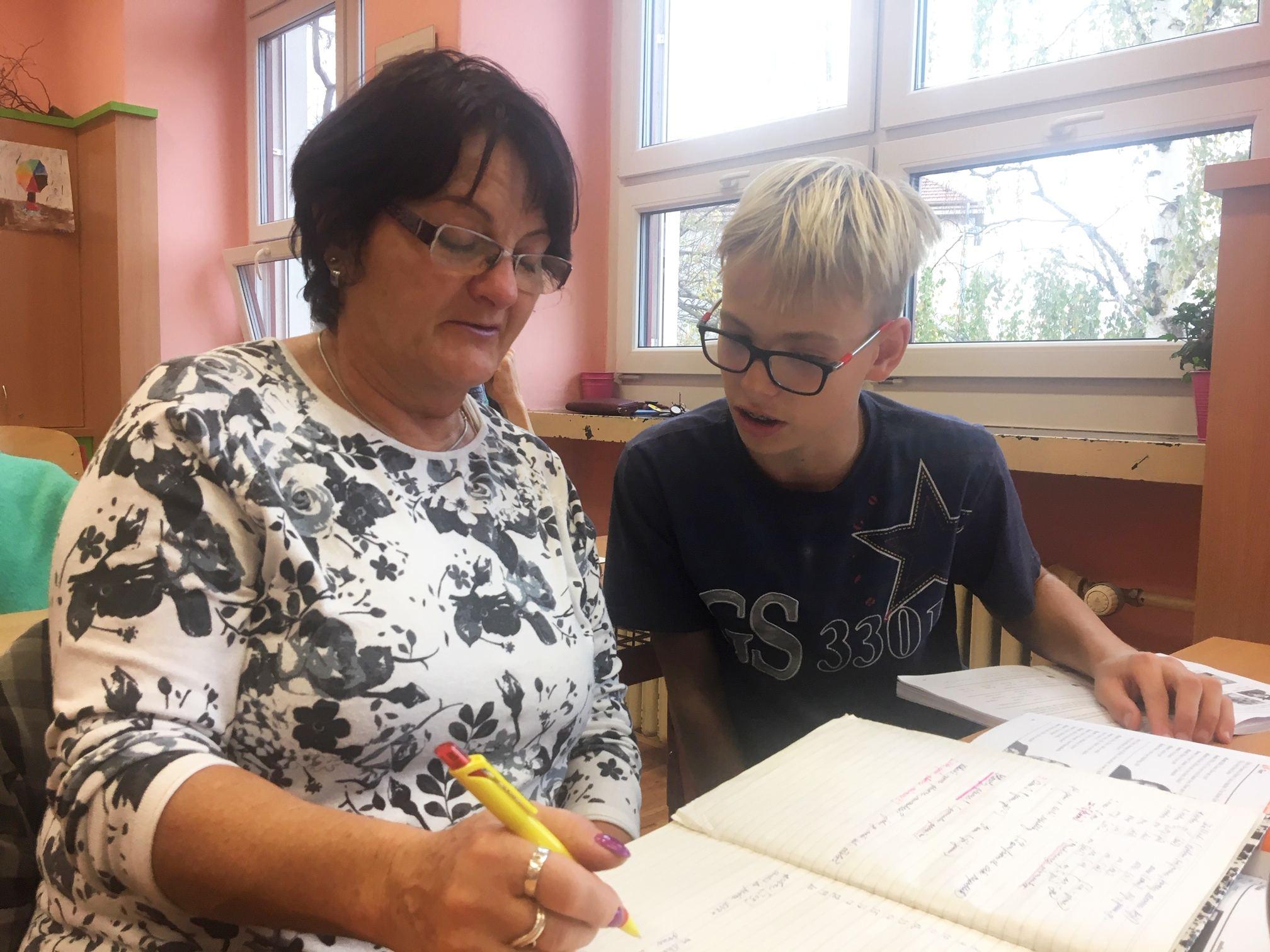 Děti baví učit seniory angličtinu. A ti jsou za to opravdu vděční