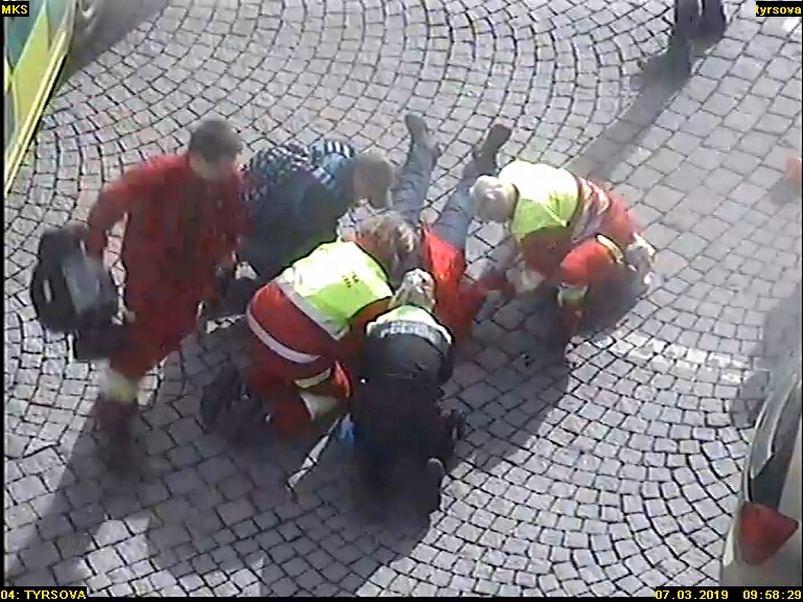 Strážnice Městské policie pomohla zachránit život ženě přímo na náměstí v Náchodě