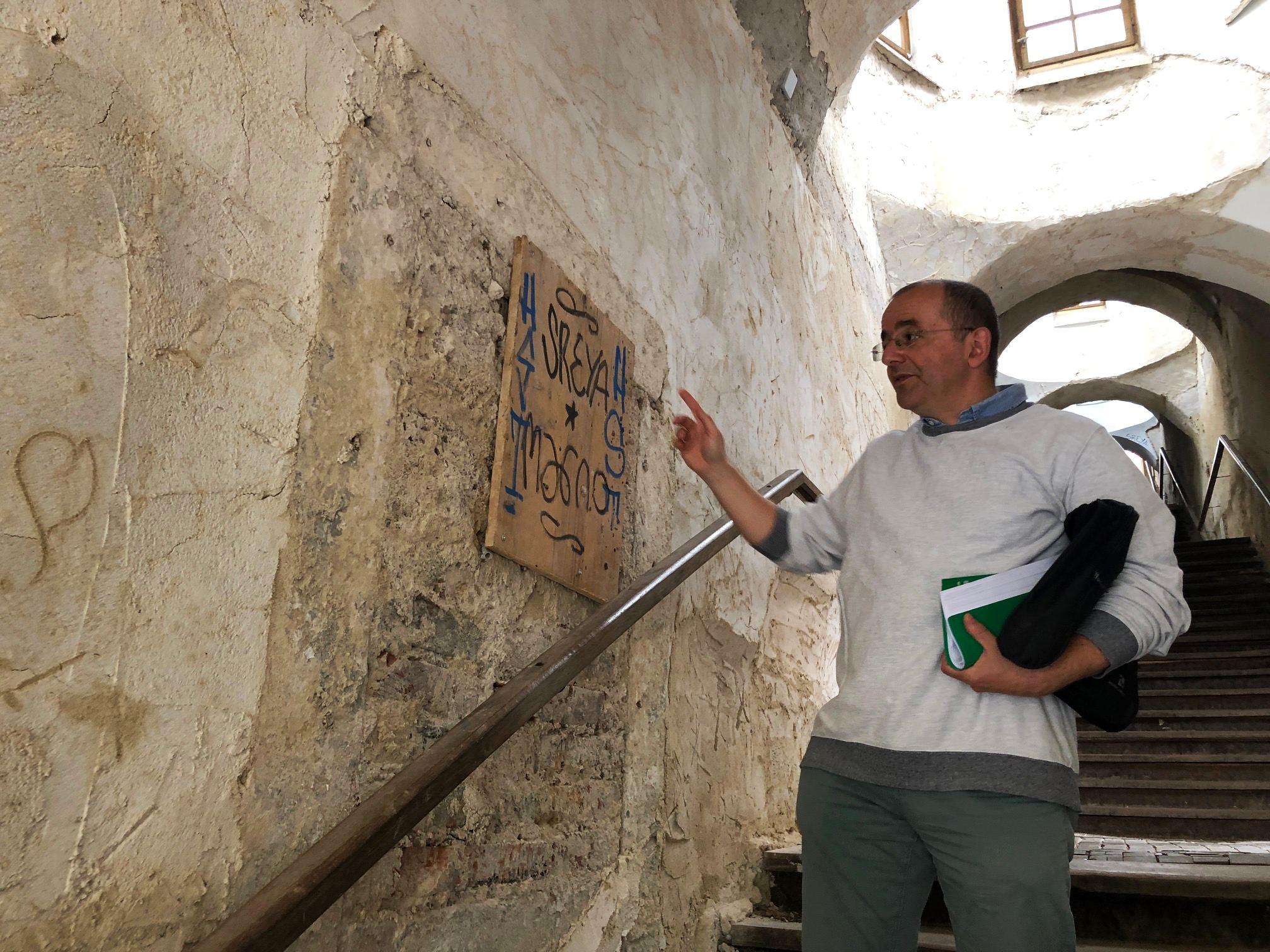 Jan Falta, vedoucí odboru památkové péče hradeckého magistrátu, na schodišti Bono publico