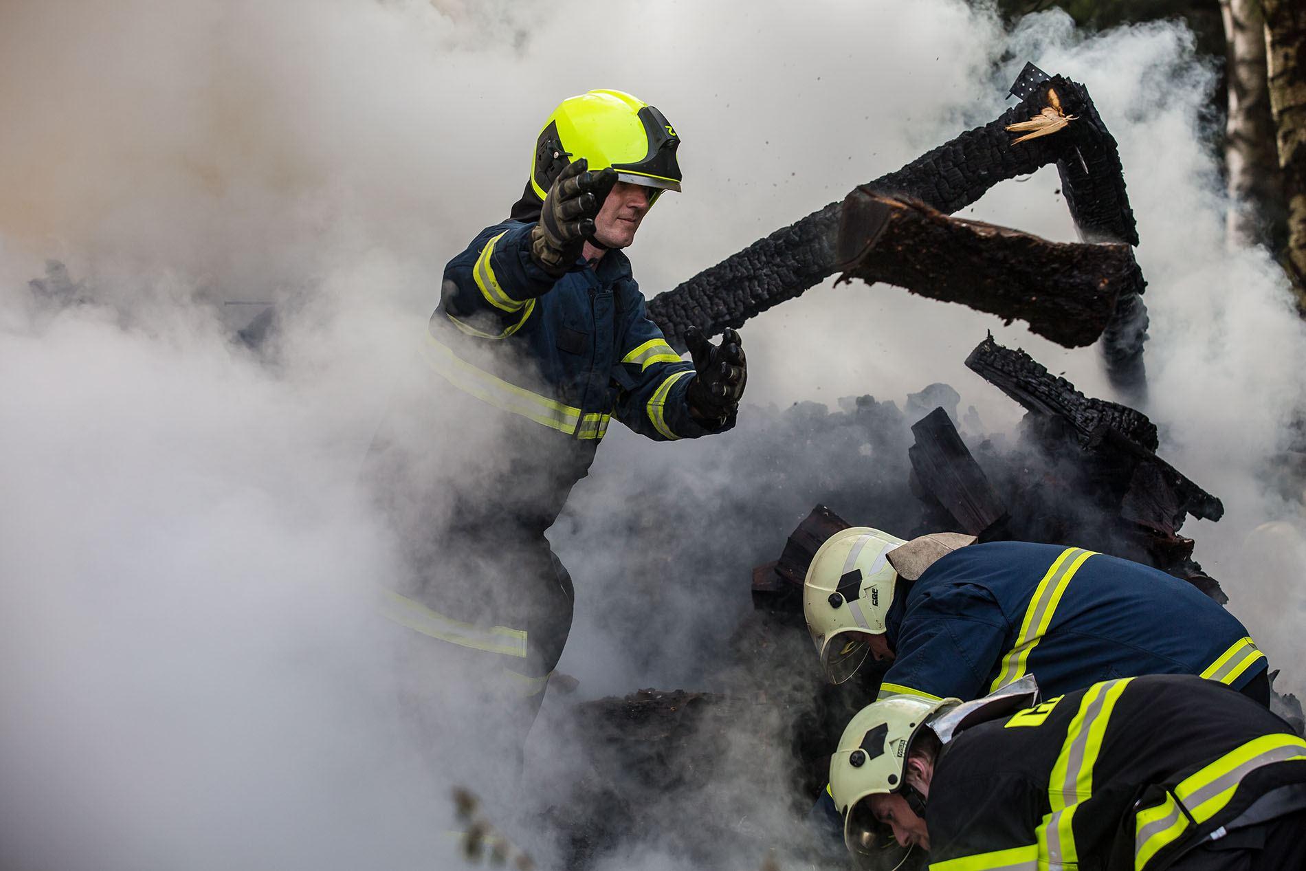 Zjistit příčinu požáru je namáhavá a špinavá práce