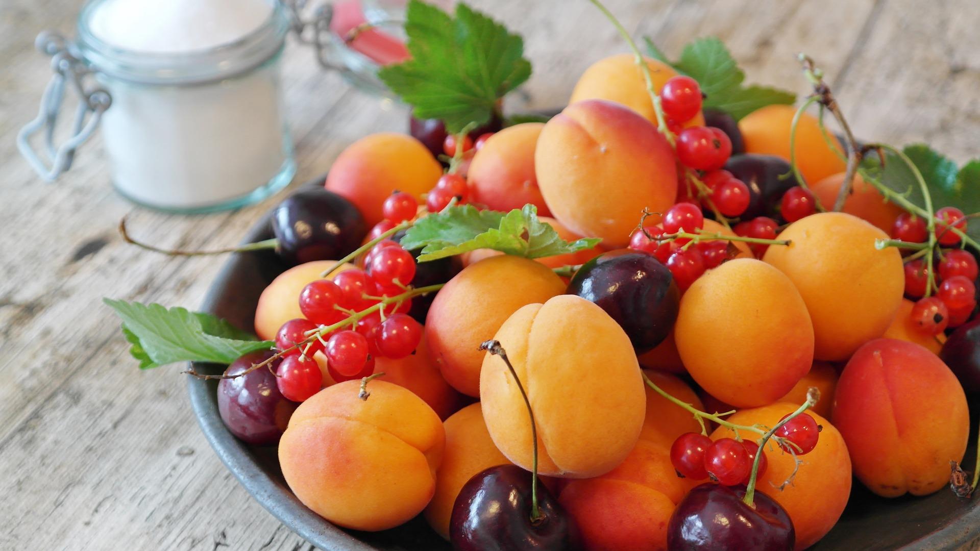 Letní ovoce - třešně, meruňky, rybíz