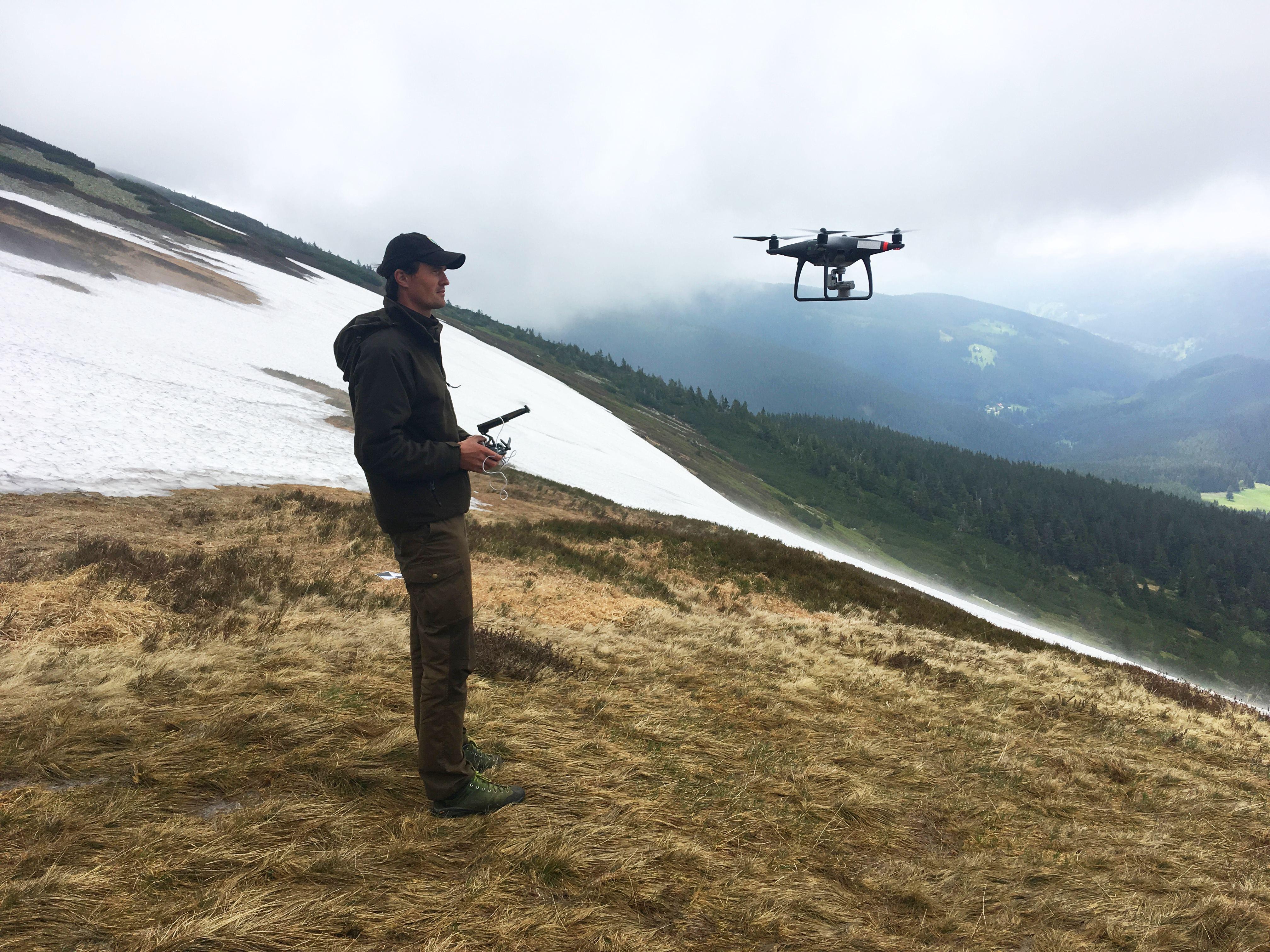 """Kolik sněhu zůstává na """"mapě republiky""""? Pracovníkům KRNAPu pomohl při měření i dron"""