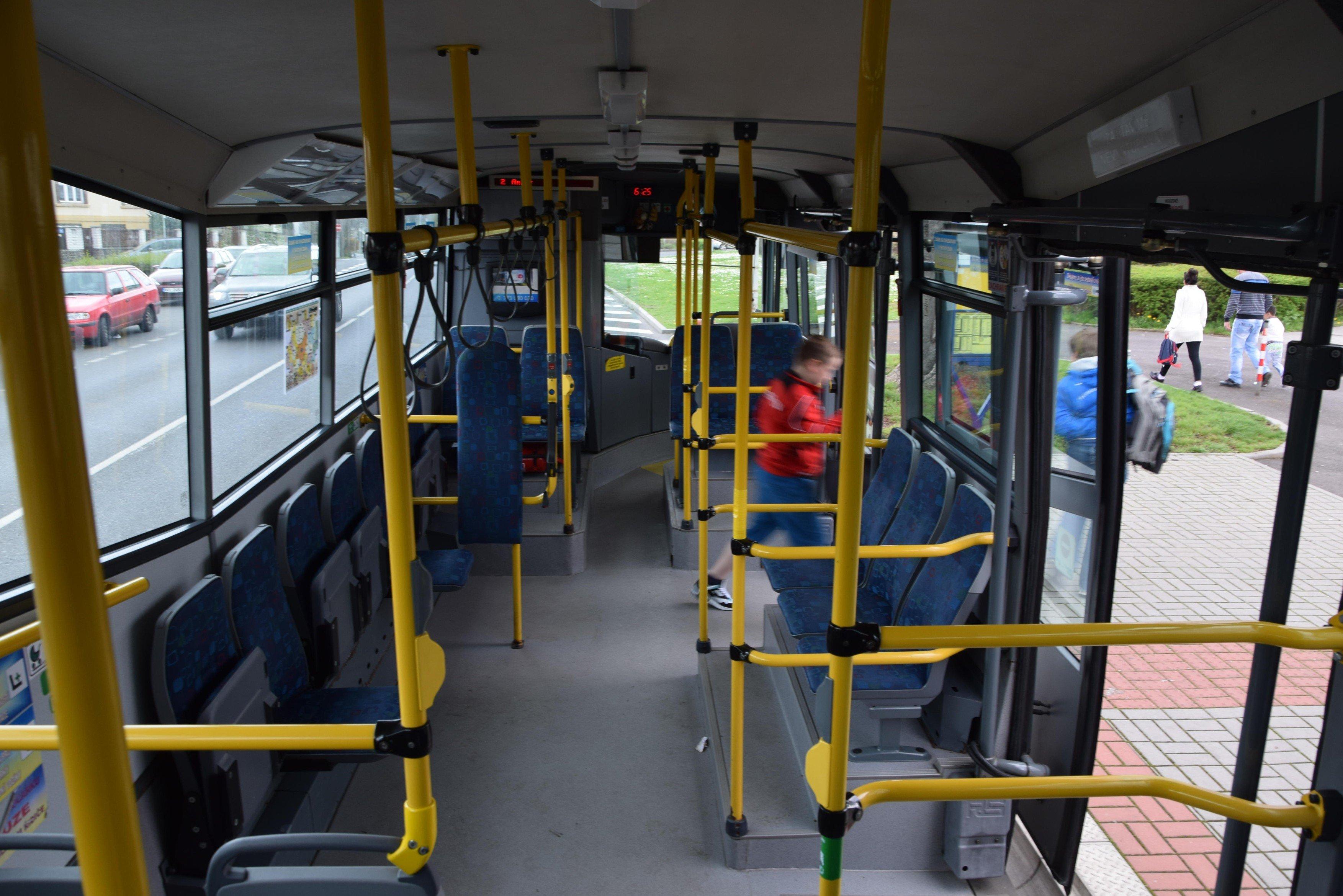 Cestující v trolejbusu MHD (ilustr. obr.)