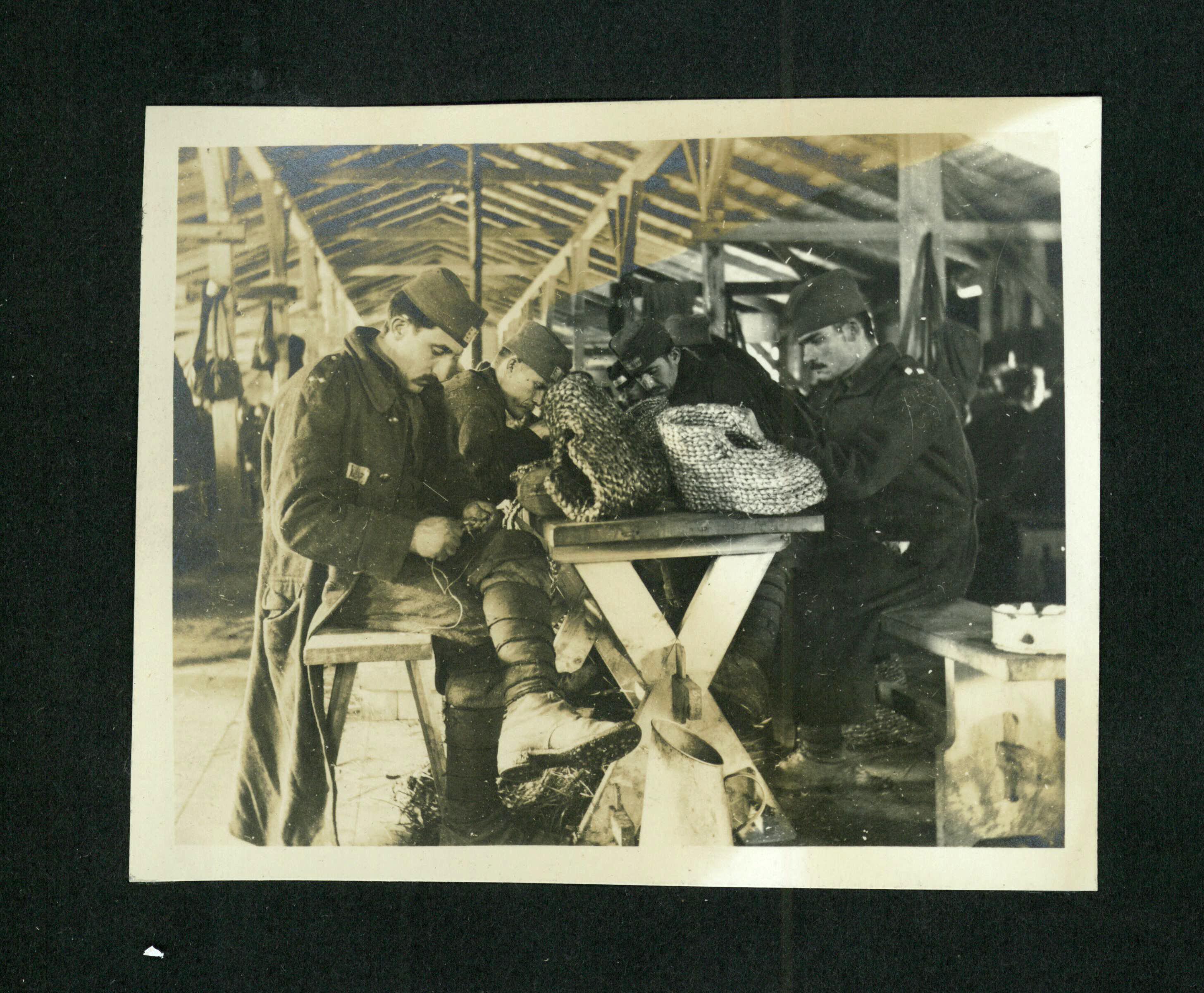 Fotografie ze zajateckého tábora z 1. světové války u Martínkovic na Broumovsku - Strohflechterei