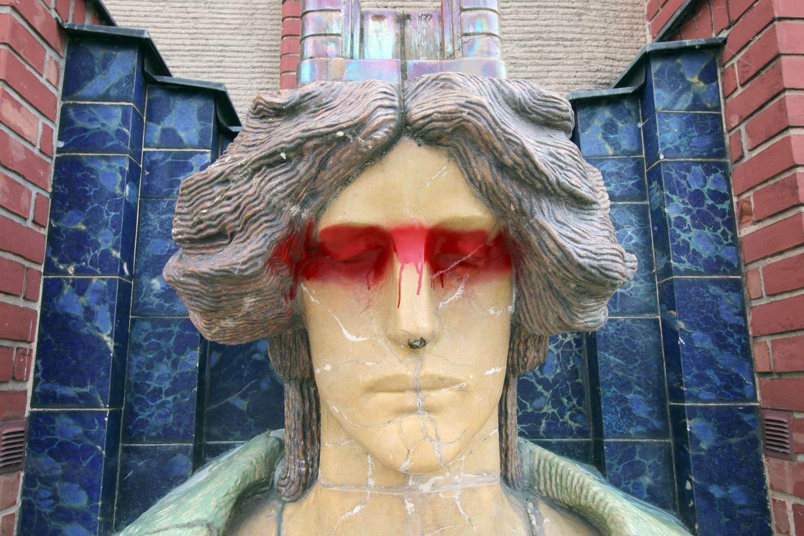 Na budově muzea v Hradci Králové byla poničena socha