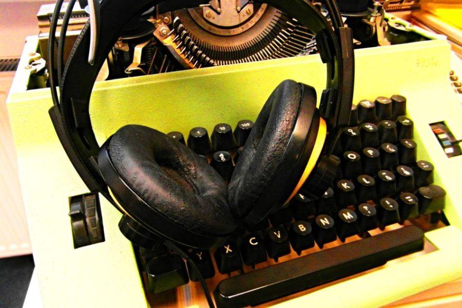 Psací stroj a rozhlasová sluchátka
