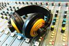 Mixážní pult a rozhlasová sluchátka