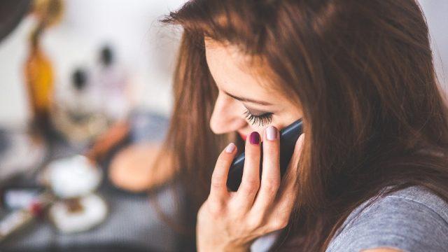 Žena dívka telefon hovor mobil