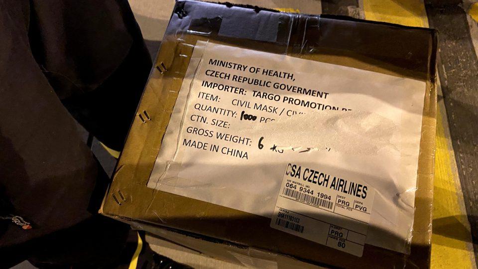 Do Česka stále přilétají letadla s ochrannými zdravotními pomůckami. Na palubě mají roušky, respirátory i štíty a obleky
