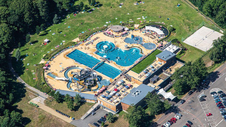 Areál Koupaliště Flošna v Hradci Králové je unikátní komplex, který nabízí sportovně relaxační vyžití pro celou rodinu. Po celou sezónu se voda v bazénech vyhřívá