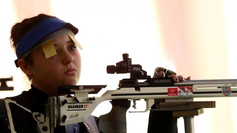 Sportovní střelkyně Nikola Mazurová ve chvílích soustředění