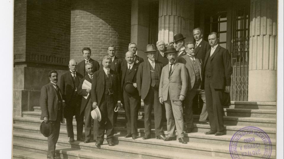 Skupinová fotografie účastníků IV. sjezdu Spolku čs.  inženýrů a architektů před budovou královéhradeckého muzea, 1924