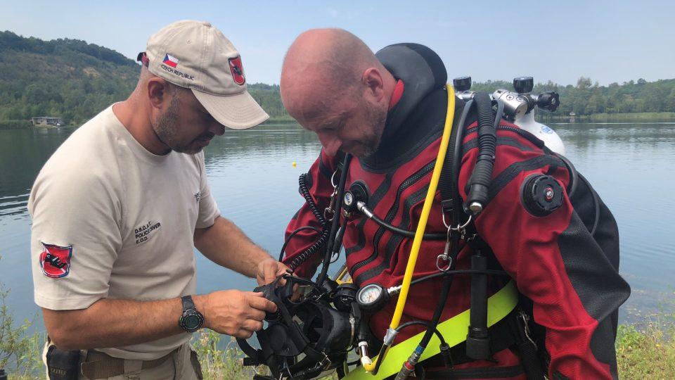 Čeští policejní potápěči společně s pyrotechniky pomáhají odminovat jezera a řeky v Bosně a Hercegovině