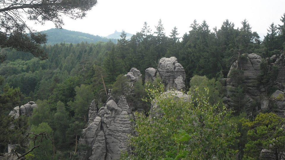 Na vyhlídce českého ráje je na obzoru vidět hrad trosky a jeho dvě věže baba a panna