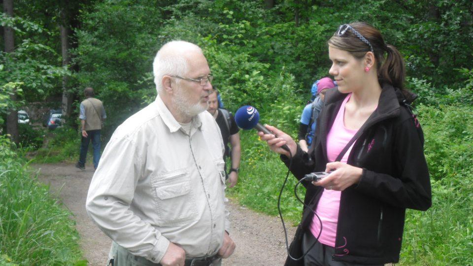 Jeden ze správců Prachovských skal Vladimír Tekverk a redaktorka Jaroslava Mannová.JPG