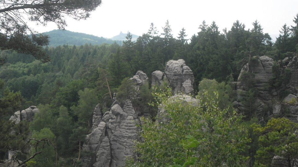 Prachovské skály - na obzoru je vidět hrad Trosky a jeho dvě věže Baba a Panna