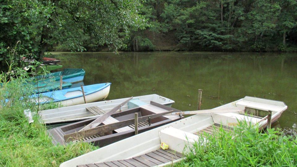 Na Odlezelském jezeře nechybí přístav