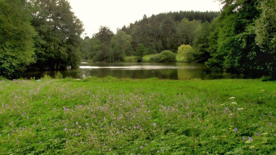 Sesutý svah je dnes příjemnou loukou a hrází Odlezelského jezera