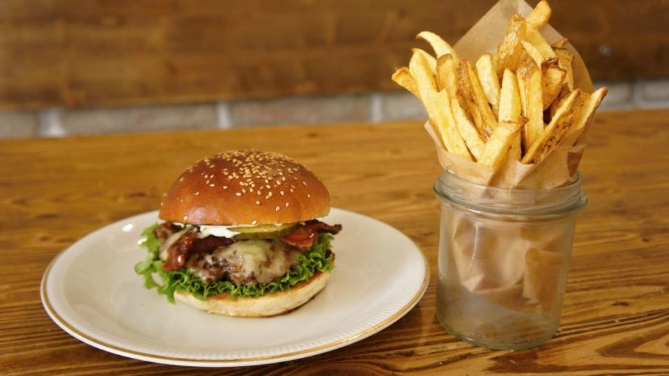 Jakou přílohu k burgeru? Hranolky!
