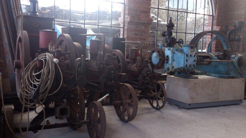 Parní stroje v industriálním pavilonu
