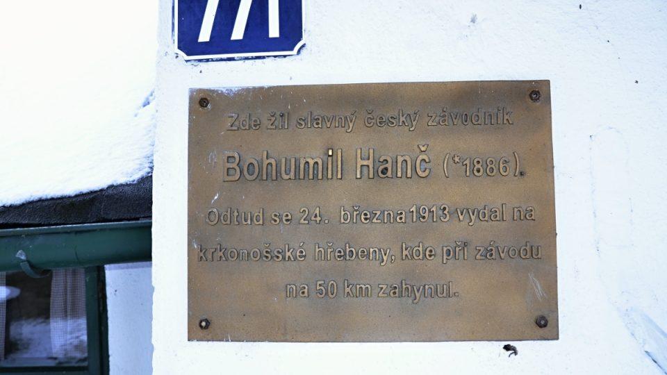Deska na domku Bohumila Hanče v Jilemnici-Hrabačově