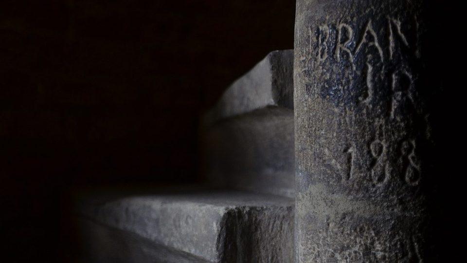 Z původního schodiště zůstala jen kamenná část