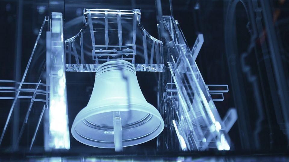 Zvon Augustin na skleněném modelu Bílé věže
