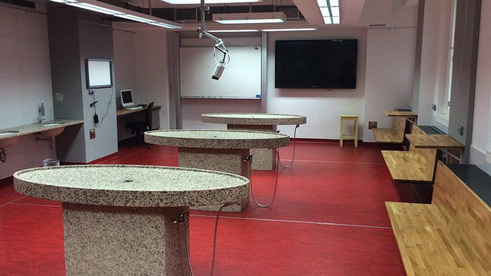 Nové laboratoře, učebny a posluchárny. To vše jako zázemí pro své studenty nabízí Lékařská fakulta Univerzity Karlovy v Hradci Králové, která letos slaví 70. výročí od svého vzniku. Nová je tak i pitevna, která medikům nabízí moderní zázemí.